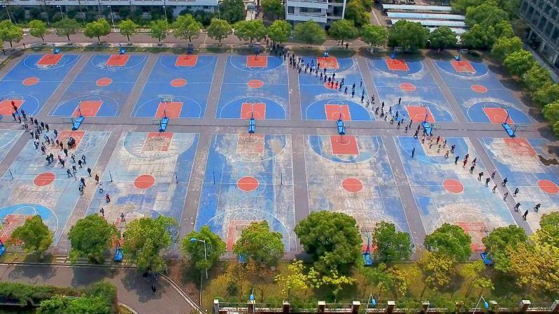 2020-2021年柳州高中防疫期間放學有序排隊去食堂進行就餐.jpg