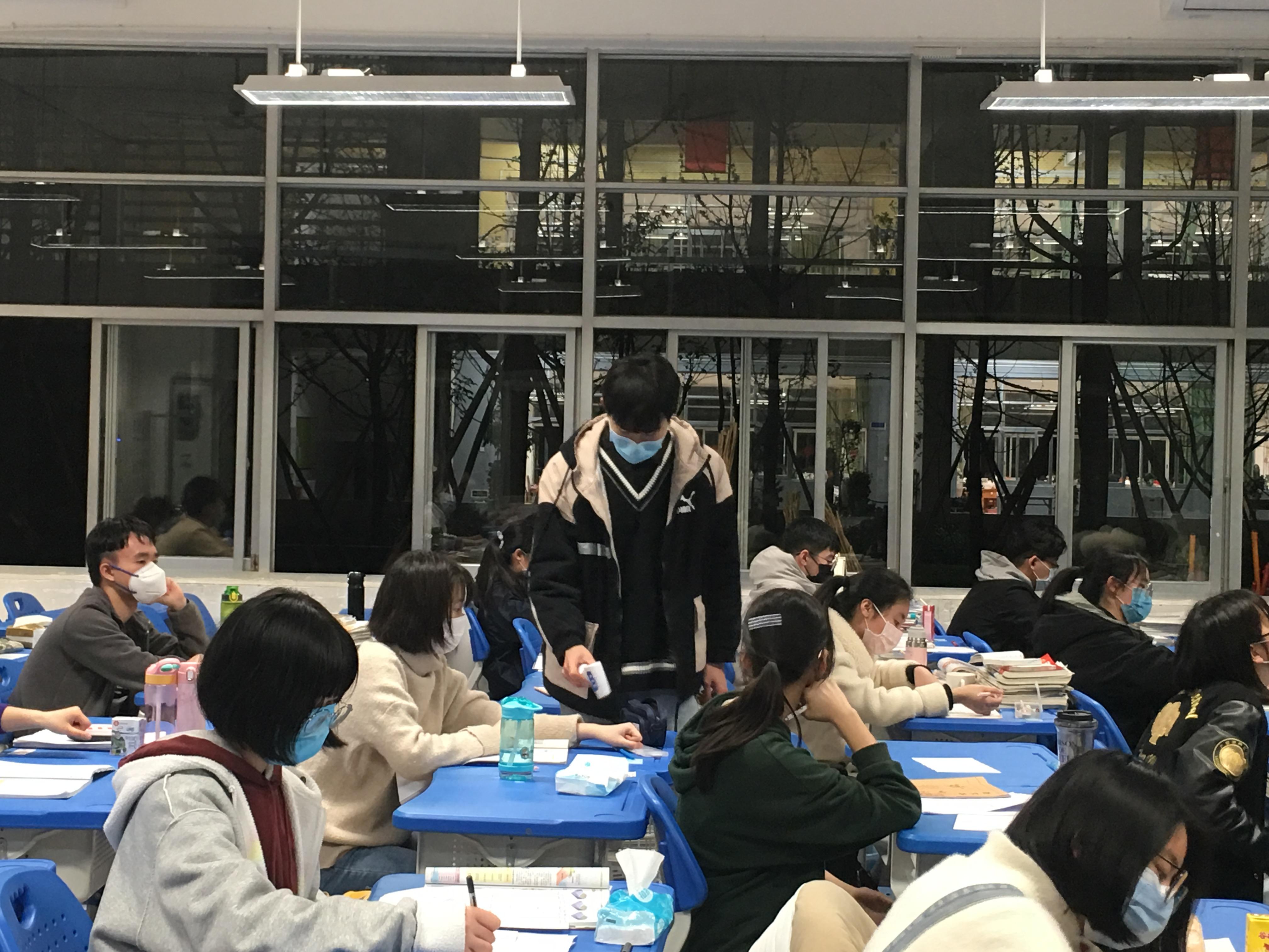 2020-2021年柳州高中防疫期間學生課前在教室內進行測試體溫.jpg